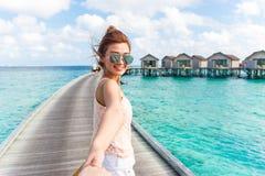 Mulher que guarda a mão em Maldivas foto de stock royalty free