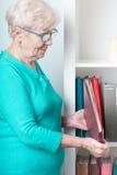 Mulher que guarda o álbum de fotografias Fotos de Stock Royalty Free