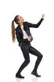 Mulher que guarda o Air Guitar Fotografia de Stock