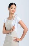 Mulher que guarda o batedor de ovos da cozinha Fotografia de Stock Royalty Free
