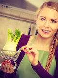 Mulher que guarda o carrinho de compras com erva-doce para dentro Imagens de Stock