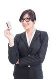 Mulher que guarda o cartão de crédito e que pensa na compra fotografia de stock
