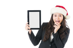 Mulher que guarda o chapéu vestindo entusiasmado de Santa da tabuleta digital Fotos de Stock