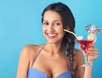 Mulher que guarda o cocktail tropical com guarda-chuva decorativo imagem de stock royalty free