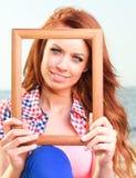 Mulher que guarda o conceito do curso do quadro Fotos de Stock