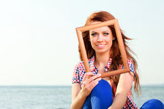 Mulher que guarda o conceito do curso do quadro Fotografia de Stock Royalty Free