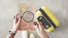 Mulher que guarda o conceito do curso do mapa do mundo Imagens de Stock Royalty Free