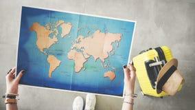 Mulher que guarda o conceito do curso do mapa do mundo Imagem de Stock Royalty Free