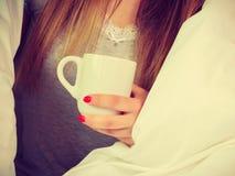 Mulher que guarda o copo da bebida quente, nenhuma cara fotografia de stock