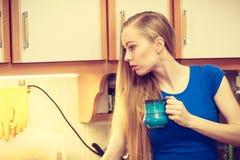 Mulher que guarda o copo do chá do café Imagens de Stock Royalty Free