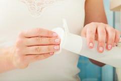 Mulher que guarda o cotonete de algodão e o removedor da composição nas mãos Foto de Stock Royalty Free