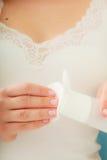 Mulher que guarda o cotonete de algodão e o removedor da composição nas mãos Fotografia de Stock Royalty Free