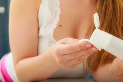 Mulher que guarda o cotonete de algodão e o removedor da composição nas mãos Fotos de Stock Royalty Free