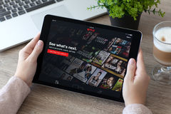 Mulher que guarda o entretenimento multinacional cinzento co do pro espaço do iPad Fotos de Stock