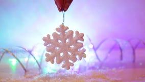 Mulher que guarda o floco de neve disponivel do brinquedo do Natal filme