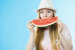 Mulher que guarda o fruto da melancia fotografia de stock royalty free
