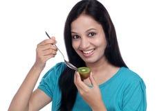 Mulher que guarda o fruto de quivi Foto de Stock Royalty Free