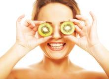 Mulher que guarda o fruto de quivi para seus olhos. Imagem de Stock Royalty Free