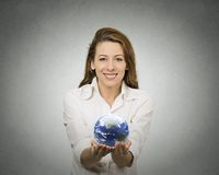 Mulher que guarda o globo de incandescência da terra Imagem de Stock Royalty Free