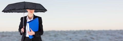 Mulher que guarda o guarda-chuva com arquivos e os dobradores com fundo borrado imagem de stock royalty free