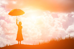 mulher que guarda o guarda-chuva que está apenas no campo durante o beauti Fotografia de Stock Royalty Free