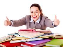Mulher que guarda o livro. foto de stock royalty free