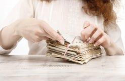 Mulher que guarda o pacote de letras do vintage foto de stock royalty free