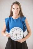 Mulher que guarda o pulso de disparo Foto de Stock