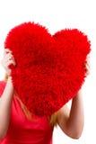 Mulher que guarda o símbolo vermelho do amor do coração Foto de Stock Royalty Free