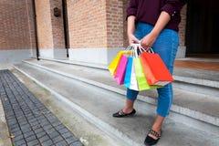 Mulher que guarda o saco de compras na rua do vintage no shopping, s fotografia de stock