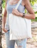 Mulher que guarda o saco vazio da lona Zombaria do molde acima Foto de Stock Royalty Free