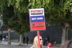 Mulher que guarda o sinal sobre o presidente do russo Imagem de Stock Royalty Free