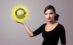 Mulher que guarda o sinal virtual do negócio Imagem de Stock
