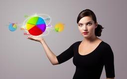 Mulher que guarda o sinal virtual do negócio Imagens de Stock Royalty Free