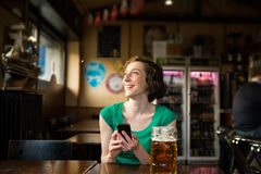 Mulher que guarda o smartphone Foto de Stock Royalty Free