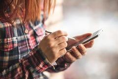 Mulher que guarda o tiro do close-up do telefone celular Fotografia de Stock Royalty Free