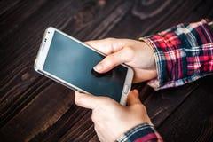 Mulher que guarda o tiro do close-up do telefone celular Fotos de Stock Royalty Free