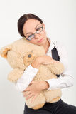 Mulher que guarda o urso macio do brinquedo Fotografia de Stock