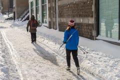 Mulher que guarda os esquis do corta-mato que vão a Mont Royal fotografia de stock