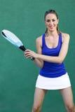 Mulher que guarda a pá da raquete sportswoman Imagem de Stock Royalty Free