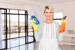 Mulher que guarda produtos de limpeza Foto de Stock Royalty Free