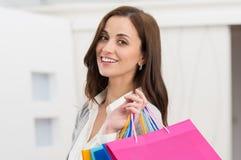 Mulher que guarda sacos de compras foto de stock