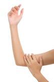 Mulher que guarda seu braço saudável bonito com massagem na área da dor Foto de Stock