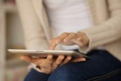 Mulher que guarda a tabuleta digital Imagem de Stock Royalty Free