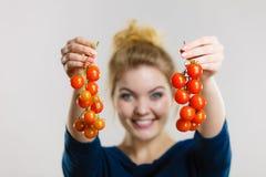 Mulher que guarda tomates de cereja frescos fotos de stock