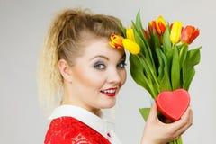 Mulher que guarda tulipas e presente Fotos de Stock Royalty Free