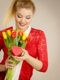 Mulher que guarda tulipas e presente Imagem de Stock