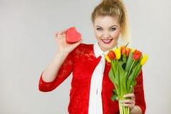 Mulher que guarda tulipas e presente Imagens de Stock