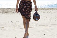 Mulher que guarda um bandolim na praia Imagem de Stock