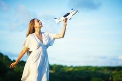 Mulher que guarda um brinquedo plano fotografia de stock royalty free